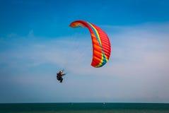 在海滩rayong的Paramotor在蓝天 库存照片