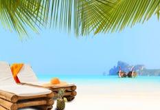 在海滩sunbed的草帽 图库摄影