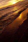 在海Pataya海滩泰国的五颜六色的日落 库存图片
