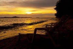 在海Pataya海滩泰国的五颜六色的日落 免版税库存照片