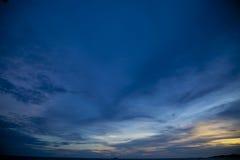 在海Pataya海滩泰国的五颜六色的日落 免版税库存图片