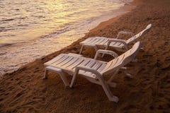 在海Pataya海滩泰国的日落与海滩睡椅 库存照片