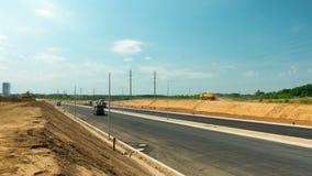 在涂柏油高速公路,定期流逝, 2016年6月2日的工作在维尔纽斯,立陶宛 股票录像