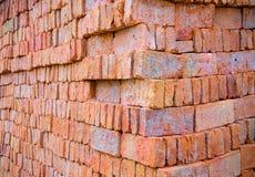 在涂灰泥的水泥前的未加工的砖墙 免版税库存照片