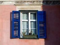 在涂灰泥的砖墙上的老窗口 图库摄影