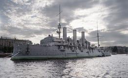 在涅瓦河的俄国阿芙乐尔号巡洋舰 免版税库存照片