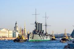 在涅瓦河的巡洋舰极光在圣彼德堡 桥梁、彼得和保罗堡垒, Kunstkamera 库存图片