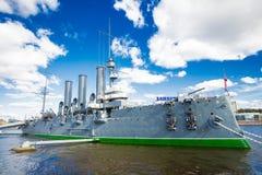 在涅瓦河的巡洋舰极光 免版税库存照片