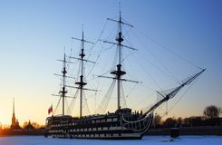 在涅瓦河的春天晚上和在Petrovskaya堤防的一条风船 免版税库存照片