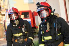 在消防期间的Firemans队 免版税图库摄影