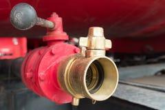 在消防车的红色老消防龙头 库存照片