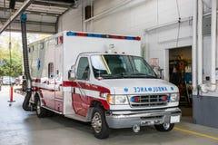 在消防队员驻地里面的医务人员救护车 免版税库存图片
