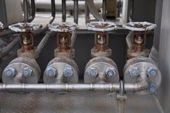在涡轮滑行的阀门控制 许多为控制生产过程和控制设置的阀门由人、关闭和开放作用 库存照片
