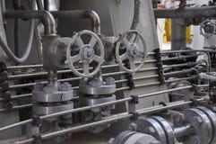 在涡轮滑行的阀门控制 许多为控制生产过程和控制设置的阀门由人、关闭和开放作用 图库摄影