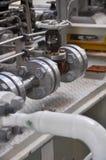 在涡轮滑行的阀门控制 许多为控制生产过程和控制设置的阀门由人、关闭和开放作用 库存图片