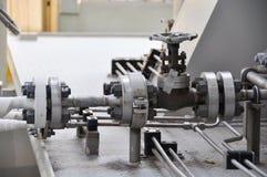 在涡轮滑行的阀门控制 许多为控制生产过程和控制设置的阀门由人、关闭和开放作用 免版税库存照片