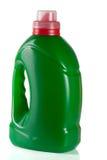 在液体洗涤剂或洗涤剂或织品软化剂的白色背景隔绝的绿色塑料瓶 免版税图库摄影