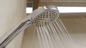 在淋浴喷头的水下落 影视素材
