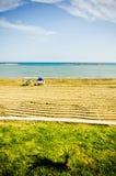 在淡季期间的空的sunbeds 免版税库存照片