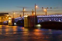在淡紫色夜照明的宫殿桥梁 大教堂圆屋顶isaac ・彼得斯堡俄国s圣徒st 库存照片