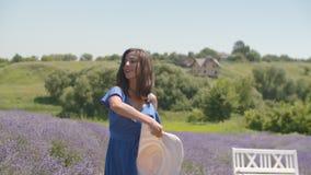 在淡紫色领域的嬉戏的女性享用的自然 股票录像