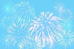 在淡色深蓝颜色背景的烟花庆祝 免版税库存照片
