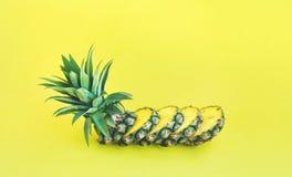 在淡色背景的菠萝切片 果子 免版税库存照片