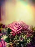 在淡色背景,关闭的桃红色苍白玫瑰色花束 库存图片