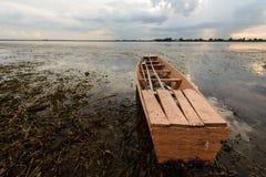 在淡水海藻的一条老小船在reserviour,泰国 库存图片