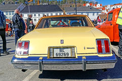 在淡黄的Oldsmobile 库存图片