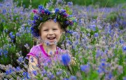 在淡紫色中花的俏丽的女孩  免版税库存图片