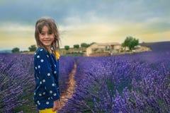 在淡紫色领域的孩子 免版税库存照片