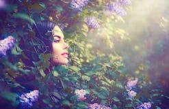 在淡紫色幻想庭院里塑造春天式样女孩画象 库存照片