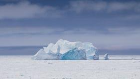 在深刻的蓝色颜色的冰山 库存图片