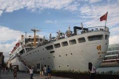 在深圳靠码头的豪华游轮 免版税库存照片