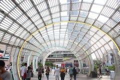 在深圳HAIDE正方形的现代钢曲拱结构大厦 免版税图库摄影