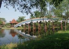 在深安静的湖的彩虹桥梁 库存照片