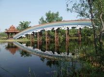 在深安静的湖的彩虹桥梁 免版税库存图片