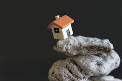 在深渊边缘的房子黑背景的 一个处境危险的概念在生活和重要委屈的 co 免版税库存图片