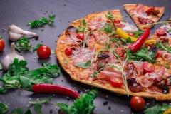 在深灰石背景的调味的和美味的盘 烹饪和吃概念 传统意大利的薄饼 库存照片