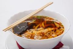 在深碗的日本拉面面条汤 免版税库存图片