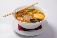 在深碗的日本拉面面条汤 免版税库存照片