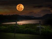 在深红天空的满月 免版税库存图片