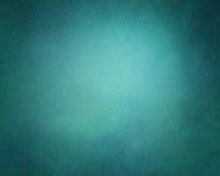 在深蓝和绿色颜色的抽象坚实背景与软的照明设备和葡萄酒难看的东西构造了小插图边界 免版税库存照片