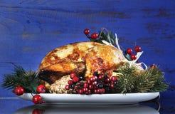 在深蓝土气木背景的烘烤土耳其 免版税库存图片