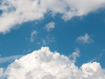 在深蓝天的积云 免版税库存图片