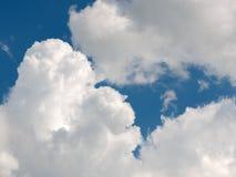 在深蓝天的积云 图库摄影