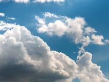 在深蓝天的积云 库存图片
