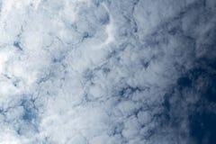 在深蓝天空涂的云彩 图库摄影
