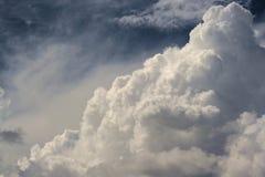 在深蓝天空的极大的云彩 免版税库存照片